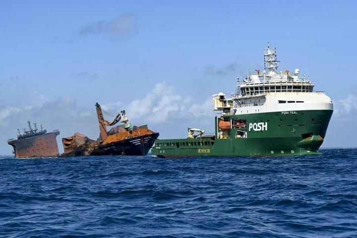 Satoja tonneja öljyä tankeissaan kantavan X-Press Pearl -aluksen perä on jo vajonnut merenpohjaan, mutta keula on edelleen pinnalla. LEHTIKUVA / AFP