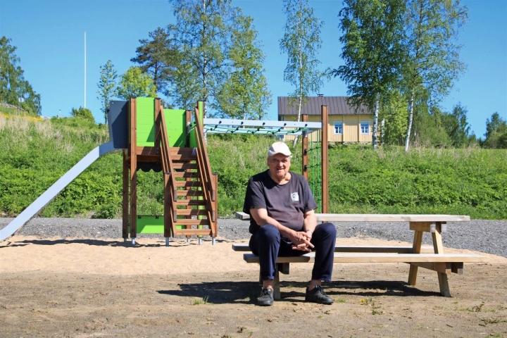Puhdas Tohmajärvi ry:n puheenjohtajalle Yrjö Tolvaselle Kirkkoniemi on rakas paikka kirkkoineen ja pitäjätupineen, joka näkyy taustalla.