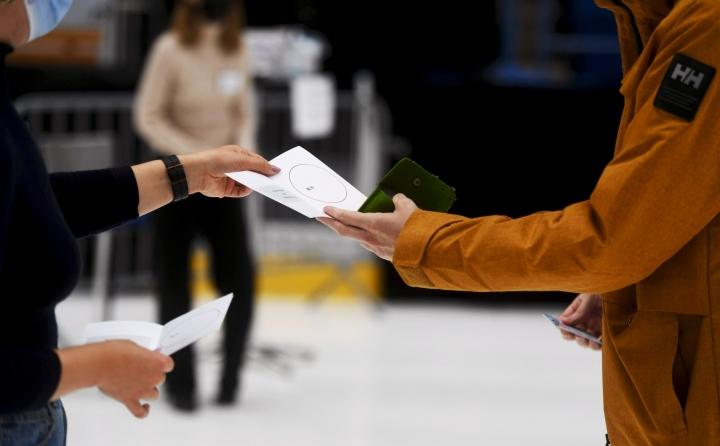 Kysy mitä tahansa -tilaisuudessa Jodelin käyttäjien on mahdollista kysyä kuntavaaleista  oikeusministeriön vaaliasiantuntijoilta. Kuvassa ennakkoäänestystä Espoossa. LEHTIKUVA / SILJA-RIIKKA SEPPALA