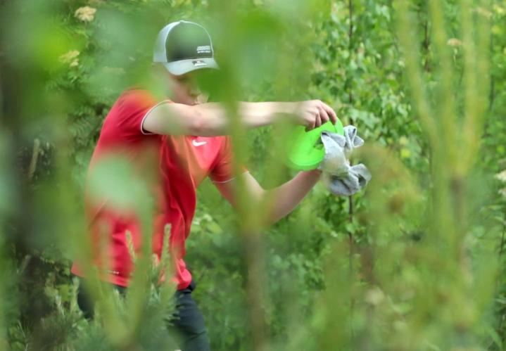 Willimiehen Disc Golfia edustava Niko Liikkanen oli tyytyväinen molempiin  lauantain kierroksiinsa.