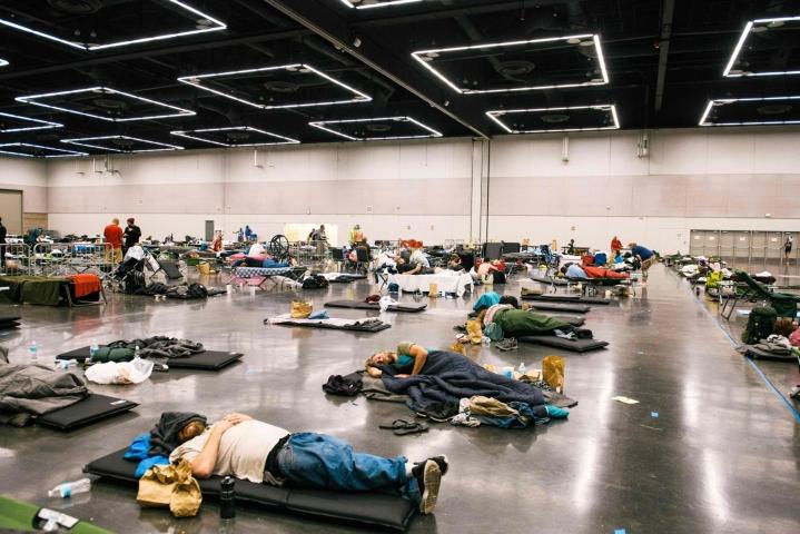 Ihmisiä lepäsi maanantaina Yhdysvaltain Portlandin viilennyskeskuskessa. LEHTIKUVA / AFP