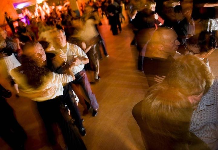Tanssin harrastajat ja tanssien järjestäjät ovat joutuneet pärjäämään ilman lavatansseja suurimman osan korona-ajasta.