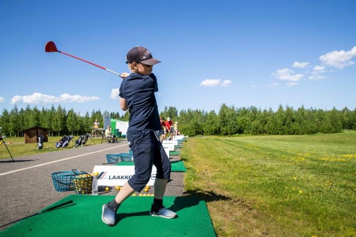 Vilho Pölönen, 11, olisi halunnut osallistua extremeen, mutta päätyi äidin unohduksen kautta golfiin. Se ei menoa haitannut, sillä Pölönen kuunteli golfohjeet tarkkaan ja löi jopa 75 metrin mittaisia lyöntejä.
