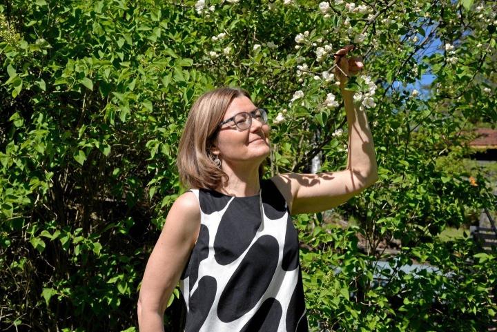 Yliopistotutkija Eija Sevon tuo tutkijana esiin itsellistä äitiyttä. Se yleistyy julkisen puolen lahjasoluhoitojen myötä.