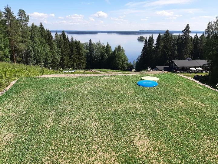Sokos Hotel Kolin hotellinjohtaja Pasi Ripatin mukaan frisbeegolfrata on yksi iso askel rinteiden ympärivuotiseen käyttöön.