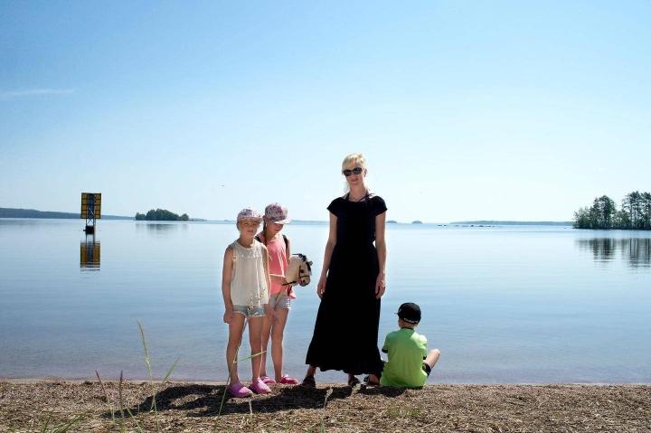 Savitaipalelainen Elina Mäkelä (kesk.) tuo usein lapsensa Sonjan (oik.), Ellan ja Matiaksen vierailulle Sarviniemeen. Mäkelälle alue on tuttu jo omasta lapsuudesta.