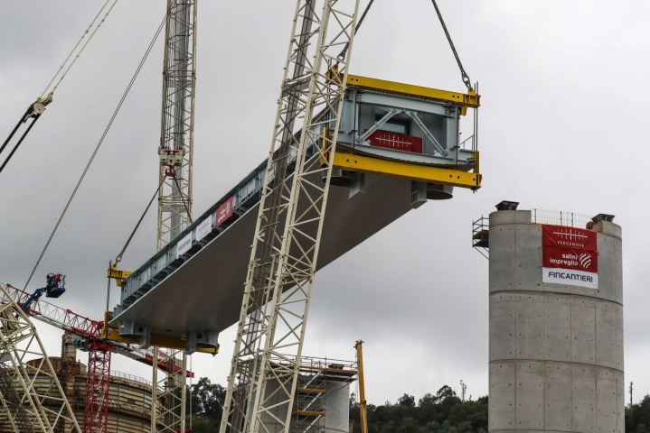 Genovan syyttäjät katsovat, että syytetyt olivat tietoisia Morandi-sillan riskeistä. Kuva uuden sillan rakennustöistä vuodelta 2019. LEHTIKUVA/AFP