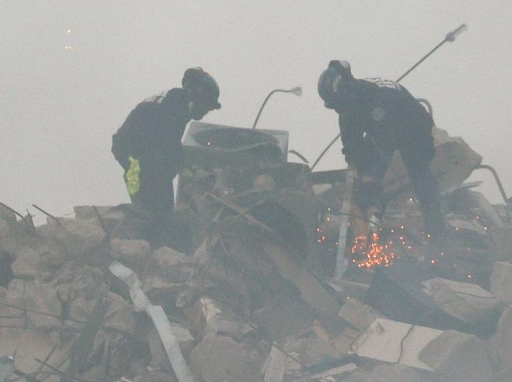 Pelastustyöntekijöiden mukaan on edelleen mahdollista, että raunioissa voi olla eloonjääneitä. Lehtikuva/AFP