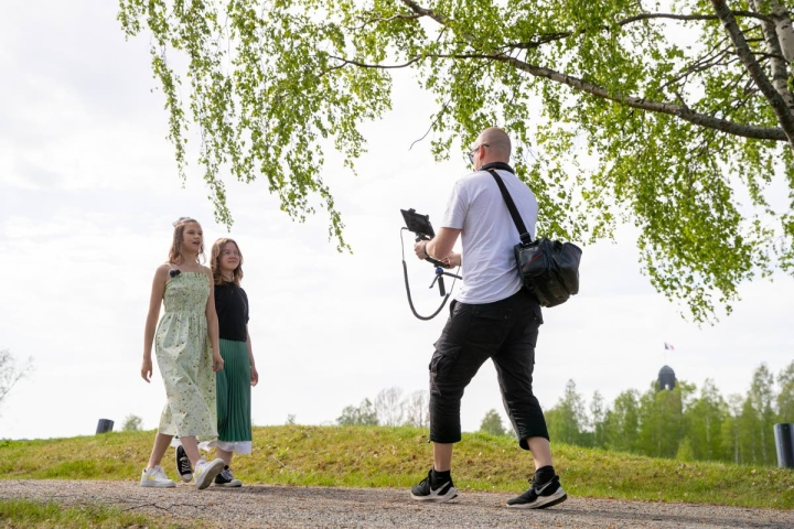 Suomen suven avauksen kuvauksissa Unna Räsänen ja Aava Kervinen juontavat, videotuottaja Tommi Rautio kuvaa.