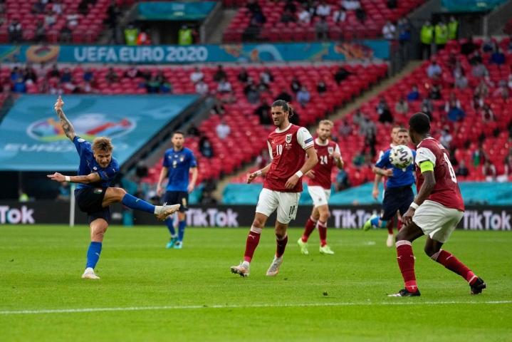 Avauspuoliajan paras maalipaikka Lontoossa oli Italian hyökkääjällä Ciro Immobilella, joka laukoi pallon 32. minuutilla vasempaan tolppaan. Lehtikuva/AFP