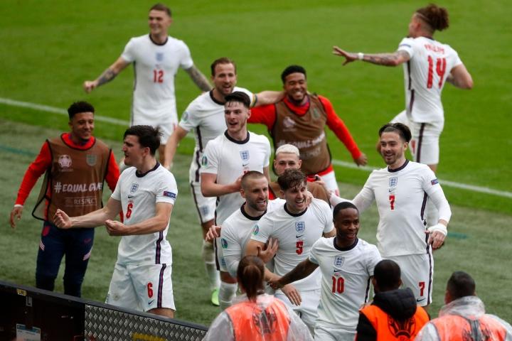 Englannin Raheem Sterling (oik.) joukkuetovereineen iloitsee tekemästään maalista Saksaa vastaan Wembleyssä. LEHTIKUVA / AFP