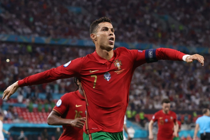Portugalilainen jalkapalloikoni Cristiano Ronaldo pyssytti kaksi rangaistuspotkumaalia Ranskan verkkoon jalkapallon EM-lopputurnauksen lohko F:n päätöskierroksella keskiviikkona. LEHTIKUVA/AFP