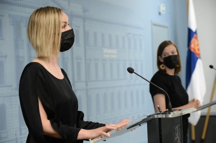 Vasemmistoliitto vaihtoi ministerinsä tiistaina, kun Andersson (oikealla) korvaa häntä sijaistaneen Jussi Saramon ja Sarkkinen tulee Aino-Kaisa Pekosen tilalle. LEHTIKUVA / MIKKO STIG