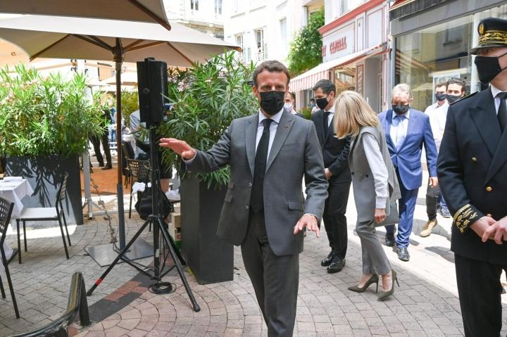 """Macron matkustaa ympäri maata seuraavien kahden kuukauden aikana tapaamassa ihmisiä kiertueella, jonka tarkoituksena on Macronin mukaan """"tunnustella kansakunnan pulssia"""". LEHTIKUVA / AFP"""