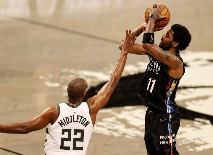 Brooklyn Nets etenee vakuuttavasti kohti pudotuspelien lohkofinaaleja. Kyrie Irving (oik.) on yksi joukkueen tähdistä. LEHTIKUVA/AFP