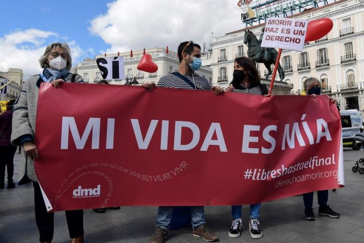 Julkinen paine eutanasian sallimiseksi on ollut Espanjassa nousussa. Kuva eutanasiaa kannattavien mielenosoituksesta maaliskuulta. LEHTIKUVA/AFP