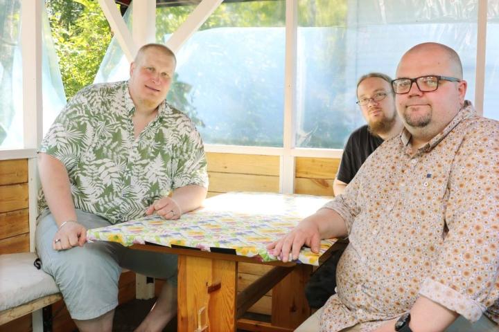 Tapani Kiiskinen (vas.), Sami Ehrukainen ja Aki Vänskä tekevät heinäkuussa Vaskiradiota.