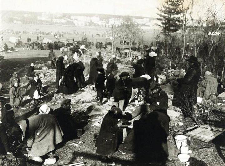 Lapsia ja aikuisia Hennalan vankileirillä Lahdessa huhti-toukokuussa 1918. Sisällissodan jälkeen valtiorikosoikeuteen joutui yli sata 10-14-vuotiaana punakaartiin liittynyttä, siihen pakotettua tai pakolaisina mukaan joutunutta lasta.