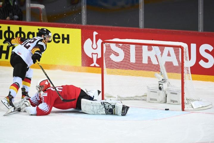 Saksan Marcel Noebels (vas.) teki ratkaisevasta rangaistuslaukauksesta voittomaalin MM-puolivälierässä. LEHTIKUVA/AFP