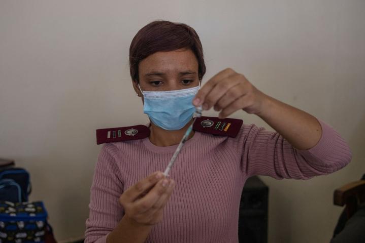 Terveydenalan ammattilainen valmistelee Pfizerin koronarokoteannosta Etelä-Afrikassa. LEHTIKUVA / AFP