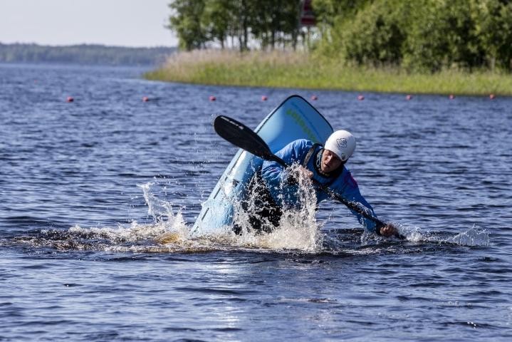 Melontaopettaja Olli Nyrhilä opetti Veikka Viinisalolle eskimokäännöksen. Freestylekajakilla hän näytti erilaisia temppuja.