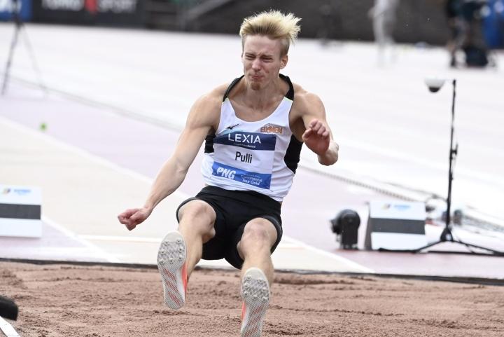 Pulli hyppäsi vuosi sitten Suomen ennätyksen 827. Maaliskuussa hän hyppäsi sen jatkoksi sisäratojen Suomen ennätyksen 824, joka riitti EM-hallikisoissa pronssimitaliin. LEHTIKUVA / VESA MOILANEN