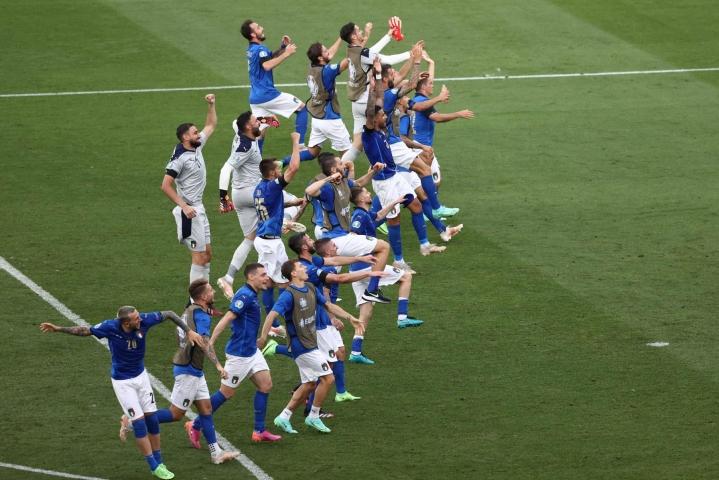 Italiaa voidaan tällä hetkellä pitää yhtenä turnauksen suurimpana mestarisuosikkina. Kuvassa Italian joukkue juhlii voittoaan Walesista. LEHTIKUVA/AFP