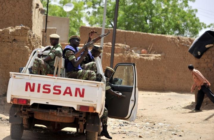 Yli 3000 ihmistä on paennut kodeistaan Burkina Fason pohjoisosissa viikonlopun väkivaltaisen verilöylyn jälkeen. Kuvassa Burkina Fason sotilaita maan pohjoisosissa. LEHTIKUVA/AFP