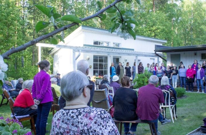 Joensuun Naiskuoron konserttia seurasi noin 30 katsojaa naapurustosta.