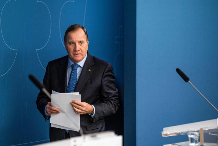 Ruotsissa valtiopäivien perustuslakivaliokunta pitää pääministeri Stefan Löfvenin johtaman hallituksen reagointia koronapandemiassa monin tavoin puutteellisena ja epäonnistuneena. LEHTIKUVA/AFP
