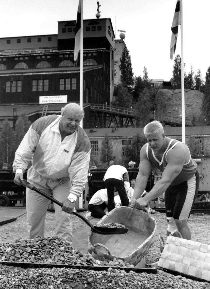 Ilkka Nummisto (vas) ja Markku Suonenvirta Outokummun kaivoksella Maailman vahvin mies kilpailujen aikaan vuonna 1990.
