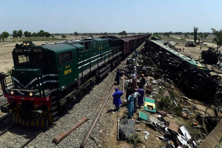 Pakistanin raideliikenteestä vastaavan ministerin mukaan Millat Express -pikajunan vaunun liitos junaan oli niin huono, että se sai koko junan suistumaan raiteiltaan. LEHTIKUVA / AFP