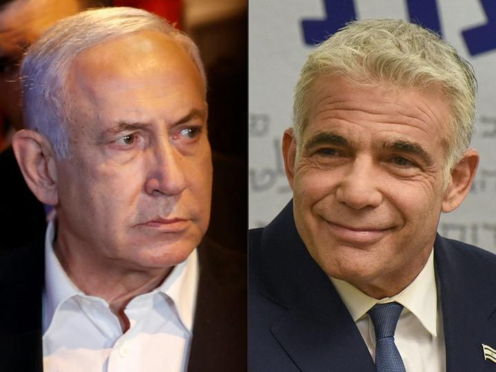 Hallitusyhteistyön löytyminen voi tarkoittaa Israelin pitkäaikaisen pääministerin Benjamin Netanjahun (vas) valtakauden päättymistä. Sovun löytymisestä hallitusyhteistyöhön kertoi myöhään keskiviikkona hallituksen muodostamista johtanut Yair Lapid (oik). LEHTIKUVA/AFP