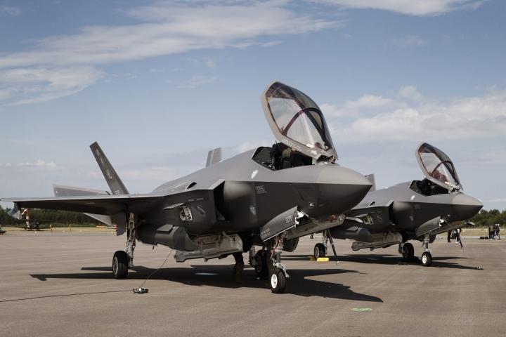 Yhdysvaltojen ilmavoimien Lockheed Martin F-35A Lightning II -häivehävittäjät Turun lentoasemalla Turku Airshow 2019:n lehdistötilaisuudessa kesällä 2019. LEHTIKUVA / RONI REKOMAA