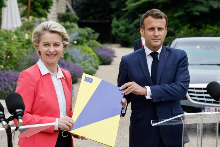 Brysselissä alkaa tänään EU-maiden johtajien huippukokous, jossa käsitellään erityisesti kansainvälisiin suhteisiin liittyviä kysymyksiä. Kuvassa EU-komission puheenjohtaja Ursula von der Leyen (vas.) ja Ranskan presidentti Emmanuel Macron. LEHTIKUVA/AFP