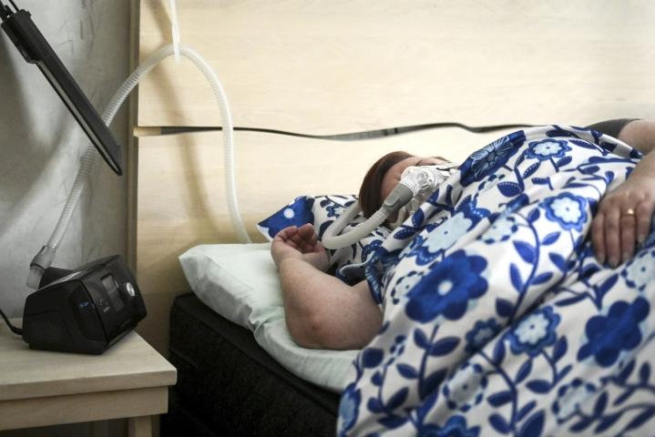 Uniapnean hoitoon käytetään esimerkiksi CPAP-ylipainehengityslaitetta. LEHTIKUVA / Emmi Korhonen