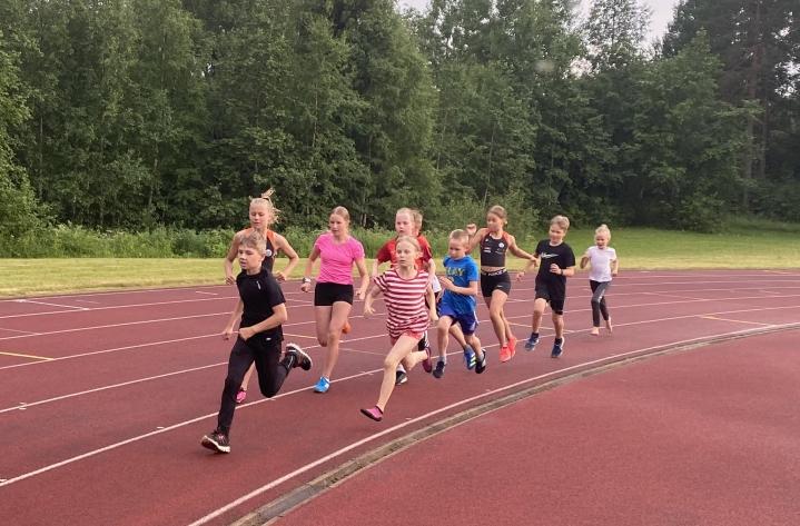 9-13-vuotiaiden 1000 metrillä Pyhäselän Urheilijoiden Pietu Stenberg otti kärkipaikan heti alussa.