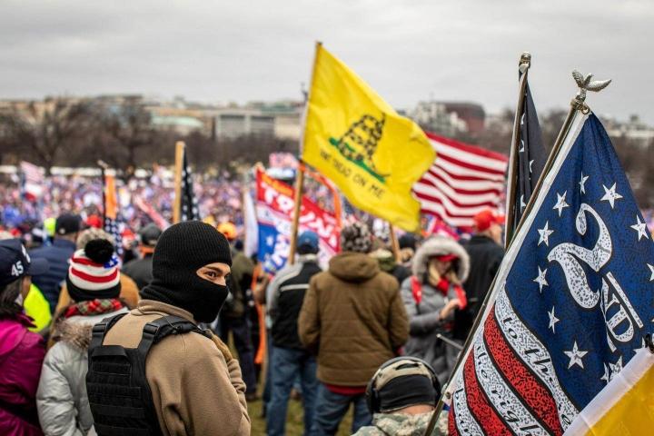 Mielenosoittajat odottivat presidentti Donald Trumpin puhetta National Mall -puistossa 6. tammikuuta 2021 sen jälkeen, kun Washingtonin Capitol-rakennus oli vallattu. Lisääntyvässä äärioikeistolaisessa toiminnassa on kaikuja Order-järjestöstä, joka syyllistyi väkivaltaisten rikosten sarjaan vuonna 1984.