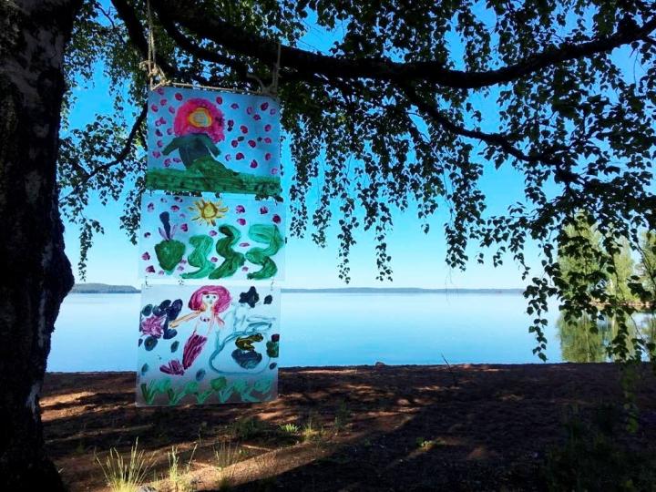 Eskarilaisten taideteokset ilahduttavat luonnossa liikkujia Kontiolahdella.