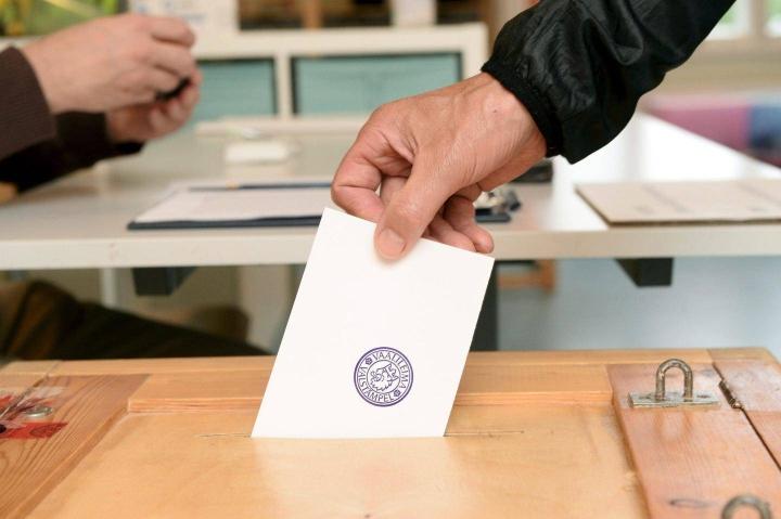 Hallituksen esityksen mukaan kansa pääsee äänestämään taas jo ensi tammikuussa, aluevaaleissa.