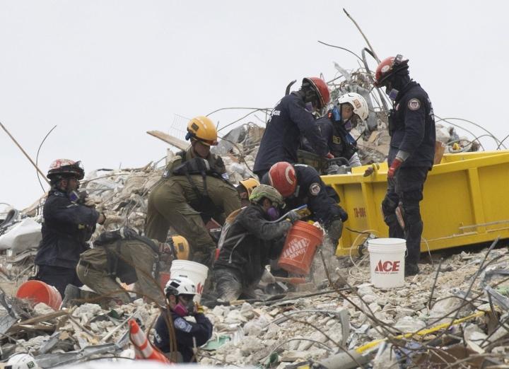 Pelastustyöt onnettomuuspaikalla jatkuvat ja floridalaisviranomaiset ovat CBS:n mukaan pyytäneet liittovaltion hallintoa lähettämään paikan päälle ylimääräisen kaupunkioloihin erikoistuneen pelastusryhmän auttamaan romahduksen jälkimainingeissa. LEHTIKUVA / AFP