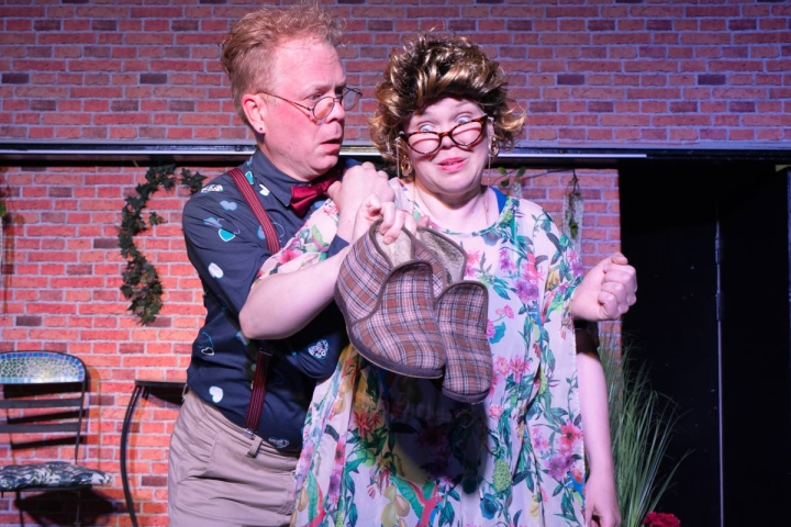 Greg (Jari Salokangas) ja Sheila (Anneli Mahlamäki) ihmettelevät, kenen tohvelit löytyivät Ginnyn sängyn alta.