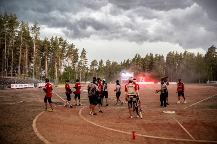 Toisen jakson lopussa ukkosmyrsky pakotti joukkueet pukukoppiin ja ottelu jouduttiin keskeyttämään reiluksi puoleksi tunniksi.