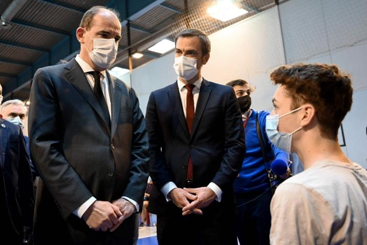 Ranskan pääministeri Jean Castex ja terveysministeri Olivier Veran rokotuskeskuksessa Pariisin lähistöllä. LEHTIKUVA/AFP