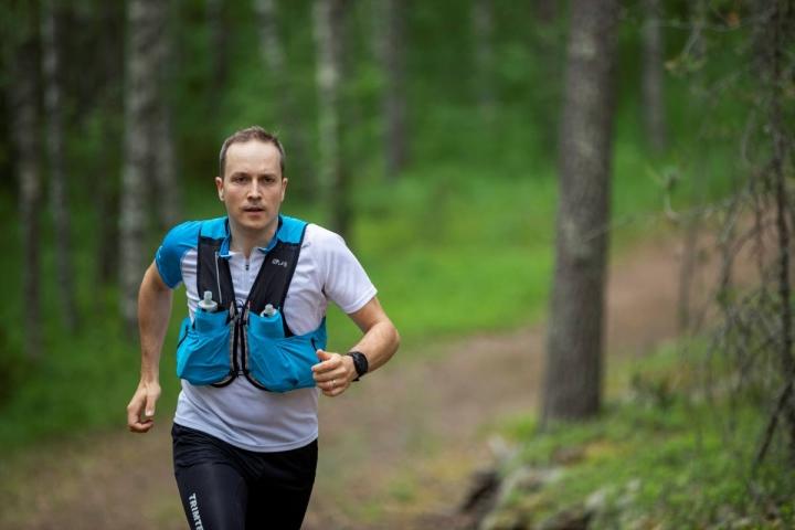 Kisatilanteen pahimmassa vaiheessa männynkävyt ja puun juuret kiristävät Pekka Ignatiuksen mieltä. Harjoittelu Lykynlammen poluilla sujuu yleensä rauhallisemmin.