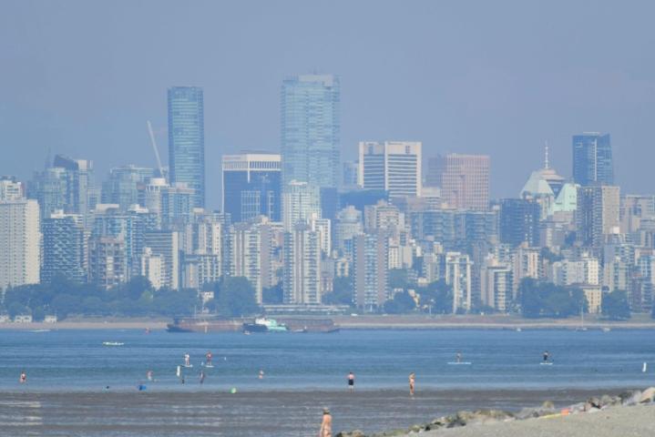 Kanadan Brittiläisessä Kolumbiassa Vancouverin kaupungin samea siluetti paahtavassa helteessä 29. kesäkuuta. LEHTIKUVA / AFP