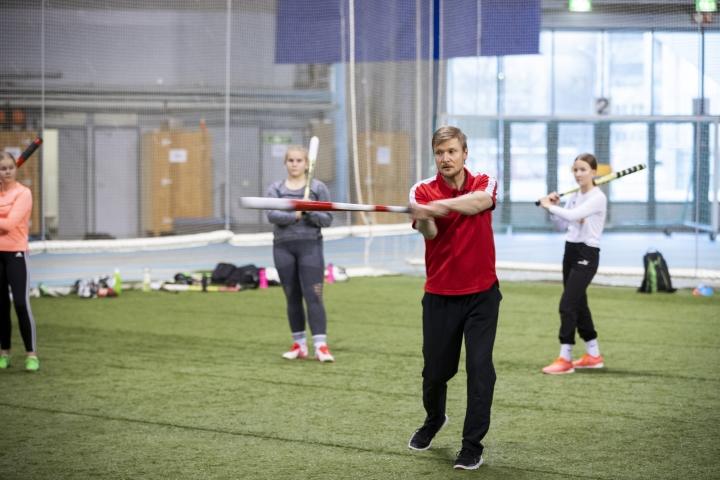Joensuussa liikuntaluokat ovat ennen urheiluyläkouluverkostoakin päässeet kiinni ammattimaiseen tekemiseen muun muassa Joensuun Mailan urheilutoimenjohtajan Petri Pennasen opastuksella. Kuva marraskuulta.