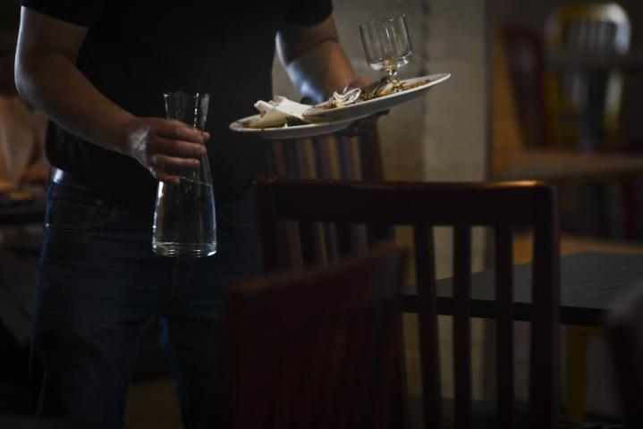Koronarajoitusten purku on auttanut etenkin matkailu- ja ravintola-alan tilannetta. LEHTIKUVA / EMMI KORHONEN