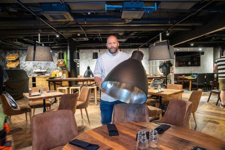 Ravintolasalin lamppukuvut ovat peräisin vanhasta teollisuushallista. Yrittäjä Marko Turunen odottaa jo innolla, että pääsee tekemään ruokaa.