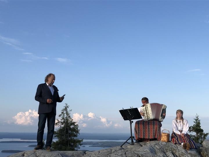 Oopperalaulaja Juha Kotilainen lauloi Luontorauha - Pax Natura -tapahtumassa.